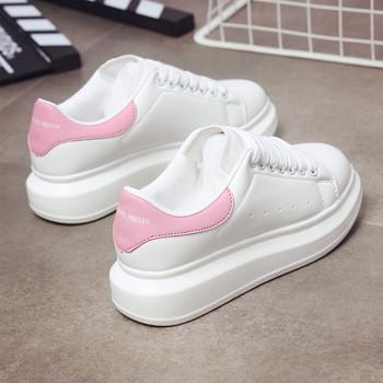 Μοντέρνα πάνινα γυναικεία παπούτσια  με κορδόνια και ψηλή σόλα σε άσπρο και μαύρο χρώμα