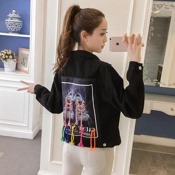 Μοντέρνο γυναικείο μπουφάν με ενδιαφέρουσα εφαρμογή και πολύχρωμους κρίκους στην πλάτη