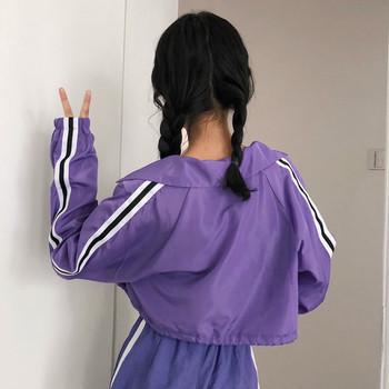 Σύντομο γυναικείο μπουφάν με μοβ χρώμα με πλευρική άκρη