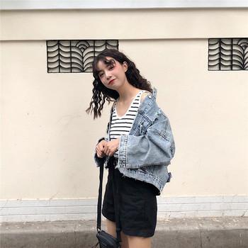 Μοντέρνο γυναικείο μπουφάν τζην με σκισμένα μοτίβα