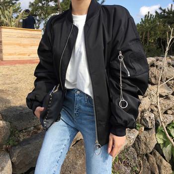 Καθημερινό γυναικείο μπουφάν σε μαύρο χρώμα με μεταλλική αλυσίδα και φαρδιά μανίκια