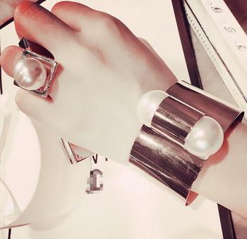 Дамски пръстен с декоративна перла в златист цвят