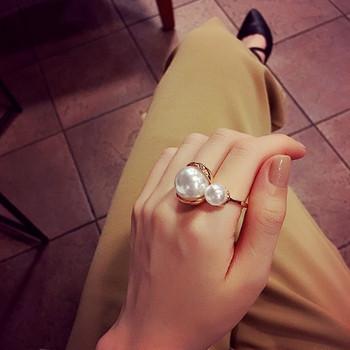 Стилен дамски пръстен с декоративни перли в златист цвят