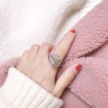 Дамски пръстен в сребрист и златист цвят с декоративни камъни