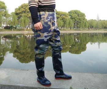 Мъжки панталон комплект с гумени ботуши подходящ за риболов  в камуфлажен десен