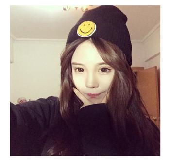 Ежедневна дамска шапка с емблема в сив и черен цвят