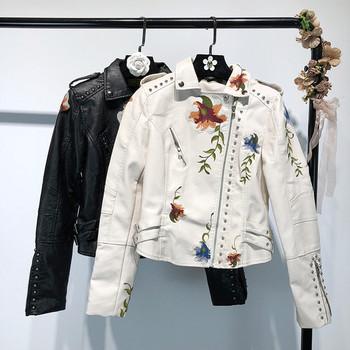 Κοντό γτναικείο δερμάτινο μπουφάν  με κεντήματα και κουκούλα σε μαύρο και άσπρο χρώμα