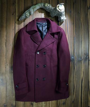 Мъжко палто с V-образна яка и копчета в тъмночервен цвят