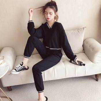 Спортен дамски комплект в черен цвят от две части - къс суичър и панталон