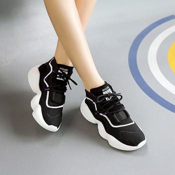 8699c30e9ab Γυναικεία αθλητικά παπούτσια με ψηλή σόλα σε λευκό και μαύρο χρώμα ...
