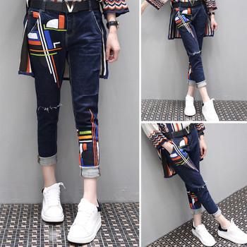 Модерни дамски дънки с цветни мотиви