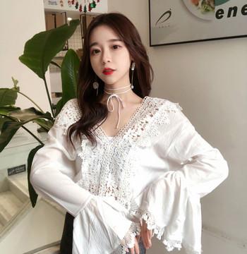Актуална дамска блуза с дантела и V-образно деколте в бял и черен цвят