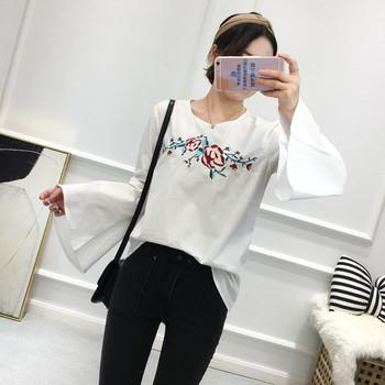Модерна дамска риза с цветна бродерия и лотос ръкав в бял цвят