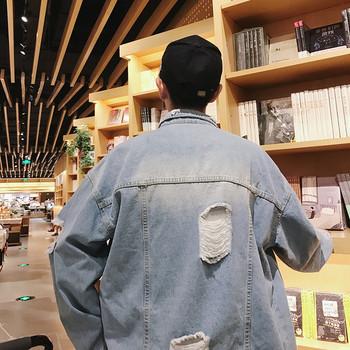 Модерно мъжко дънково яке с разкъсани мотиви в светъл цвят