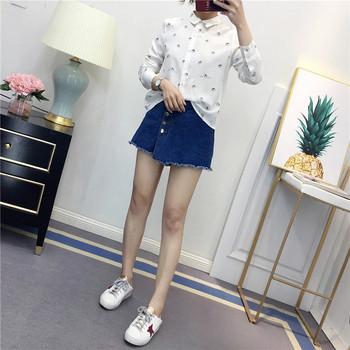 Ежедневна дамска риза с апликация в бял цвят