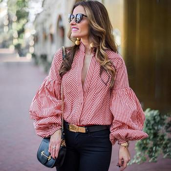 Модерна дамска раирана риза с широки ръкави и V-образно деколте в червен цвят