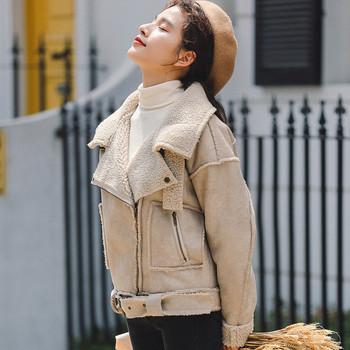 Μοντέρνο γυναικείο μπουφάν σε ανοιχτό χρώμα