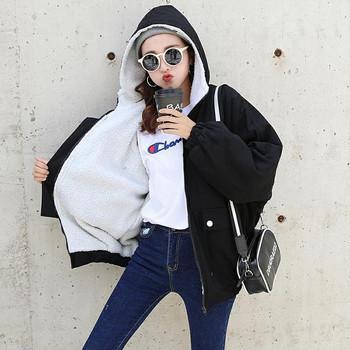 Γυναικείο μπουφάν με απαλή επένδυση και λογότυπο