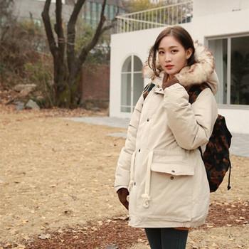 Модерно дамско яке с пух на качулката в бял цвят