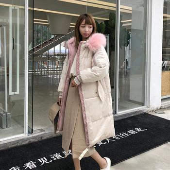 Зимно дамско дълго яке в светъл цвят с качулка и розов пух