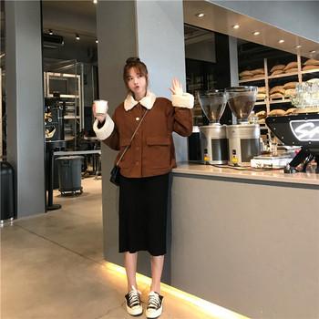 Μοντέρνο γυναικείο μπουφάν με μαλακό κολάρο και τσέπες σε καφέ χρώμα