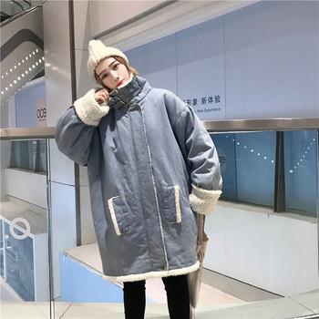 Актуално дамско дънково яке с джобове и мека подплата в син цвят