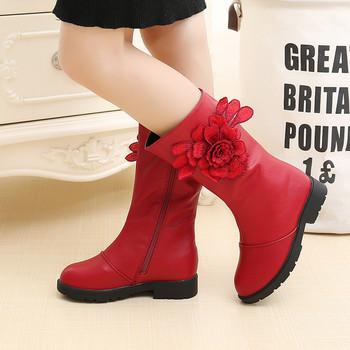 c8870e77b5a Μοντέρνα παιδικά μπότες για κορίτσια οικολογικού δέρματος με τρισδιάστατο  στοιχείο σε μαύρο και κόκκινο χρώμα