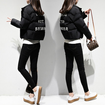 Μοντέρνο γυναικείο μπουφάν με μαύρο γράψιμο στο πίσω μέρος