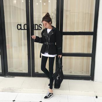 Κομψό γυναικείο μπουφάν με λευκή και μαύρη ζώνη