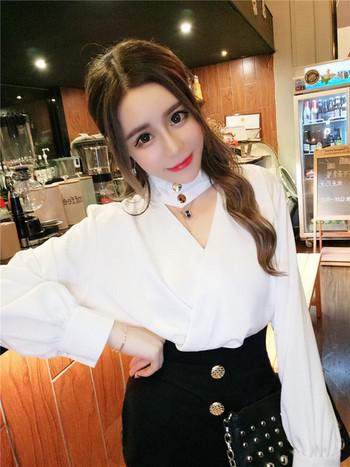 Стилна дамска риза с V-образно деколте в бял и червен цвят