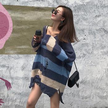 Раиран дамски пуловер с разкъсани мотиви в два цвята