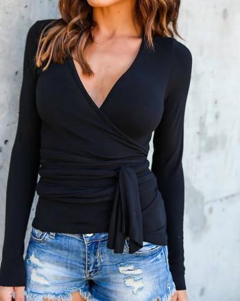Модерна дамска блуза с дълбоко V-образно деколте в сив и черен цвят