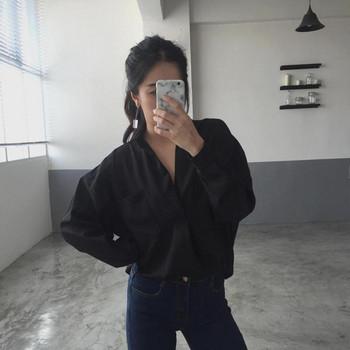 Стилна дамска риза с джоб в черен и бял цвят