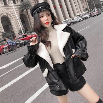 Актуално дамско яке от еко кожа с мека подплата в черен цвят