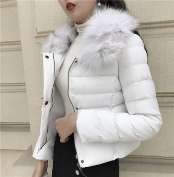 Μοντέρνο γυναικείο μπουφάν με άσπρο και μαύρο χρώμα και χνούδι