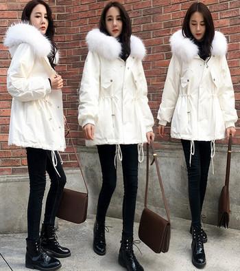Μοντέρνο γυναικείο μπουφάν με κουκούλα σε λευκό και μαύρο χρώμα