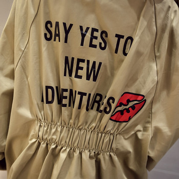 Ежедневно дамско яке с цветен надпис и качулка в няколко цвята