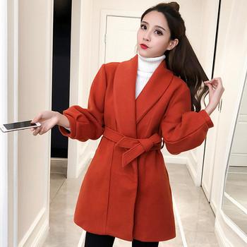 Κομψό γυναικείο παλτό με ντεκολτέ και ζώνη σε δύο χρώματα - Badu.gr ... a04daa541f5