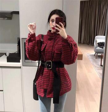 Κυρίες κομψό παλτό σε μαύρο και κόκκινο χρώμα