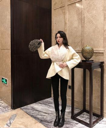 Νέο μοντέλο γυναικείου δερμάτινο σακάκι με λευκό και μαύρο χνούδι