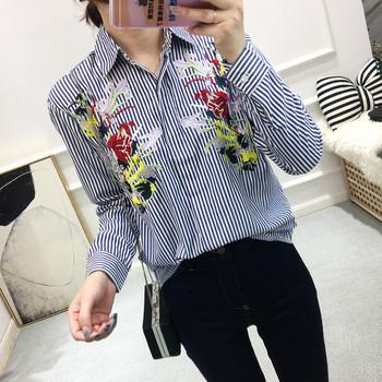 Модерна дамска раирана риза с цветна бродерия
