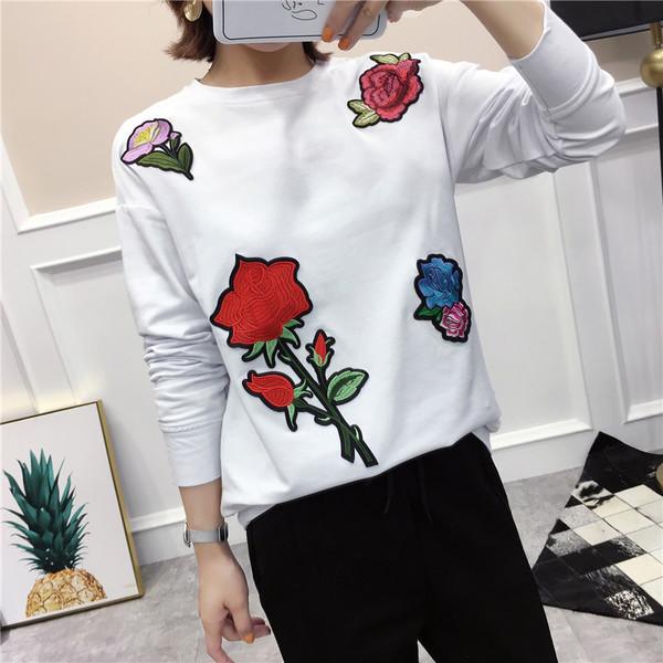 64717e567a60 Μοντέρνα γυναικεία μπλούζα με έγχρωμο κέντημα σε μαύρο