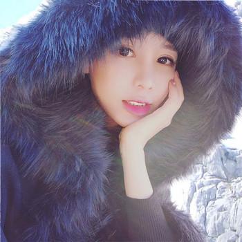 Стилно дамско палто с качулка и пух в черен цвят
