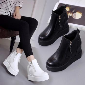 Модерни дамски боти с висока подметка в бял и черен цвят