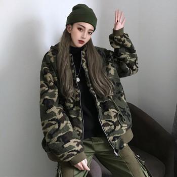 Μαλακό γυναικείο μπουφάν με κουκούλα και καμουφλάζ  μοτίβο