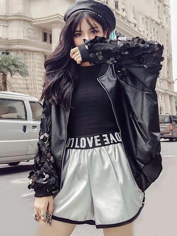 Μοντέρνο γυναικείο δερμάτινο μπουφάν με πούλιες στα μανίκια σε μαύρο χρώμα