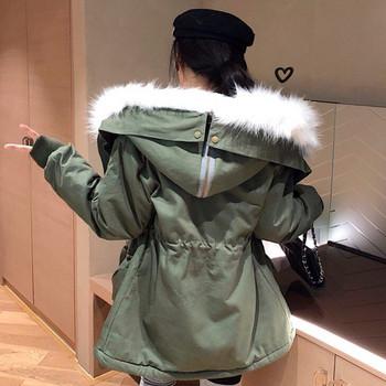 Μοντέρνο γυναικείο μπουφάν με κουκούλα με γούνα σε μαύρο και πράσινο χρώμα