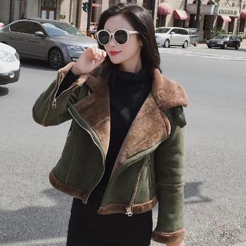 Κομψό γυναικείο μπουφάν με πράσινη επένδυση