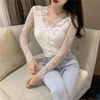 51dd3d336c5c Μοντέρνο γυναικείο πουκάμισο σε μαύρο και άσπρο με δαντέλα και λαιμόκοψη σε  σχήμα V