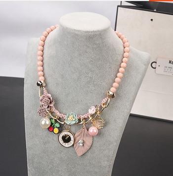Модерна гривна в сив и розов цвят с мъниста и висулки